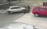 Video: Tài xế ôtô tông tên cướp bay lên vỉa hè, giải cứu người đi đường