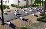 Clip sinh viên học bơi giữa đường khiến nhiều người thích thú