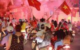 Video: Hàng nghìn người tràn xuống mừng chiến thắng Việt Nam