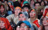 Dầm mưa cổ vũ tuyển Olympic Việt Nam, làm sao để không bị cảm lạnh?