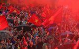 """Mặc mưa lớn, cổ động viên vẫn """"nhuộm đỏ"""" mọi nẻo đường vì Olympic Việt Nam"""