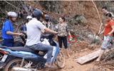 Xôn xao video cả gia đình bắc ván trên đường sạt lở để thu tiền trước mặt công an