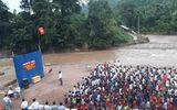 Xót xa hình ảnh học sinh Lai Châu đi chân đất, dự lễ khai giảng cạnh bờ suối