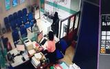 Video: Đối tượng cướp ngân hàng ở Tiền Giang rồi tẩu thoát chỉ trong 2 phút