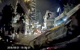 """Video: Người phụ nữ kinh hãi phát hiện trăn """"khủng"""" bò trên đầu xe"""