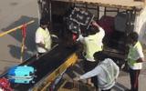 Cận cảnh nhân viên sân bay Hong Kong quăng hành lý của khách như rác gây phẫn nộ