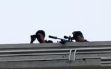 Gần trăm cảnh sát, lính bắn tỉa đang vây bắt người đàn ông cố thủ trong nhà