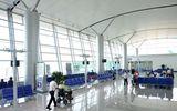 Nhân viên sân bay cầm túi nữ trang của hành khách để quên... đi cầm đồ
