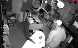 Video: Băng trộm đi ôtô ngang nhiên đột nhập shop quần áo khoắng đồ