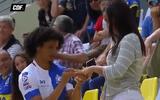 Clip: Ăn mừng bàn thắng, nam cầu thủ cầu hôn bạn gái ngay trên khán đài