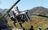 Video: Xe cẩu lật nghiêng xuống sườn đồi, tài xế nhanh chân lao ra ngoài như tên bay