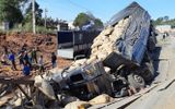 Tin tai nạn giao thông mới nhất ngày 2/11/2018: Xe tải trôi xuống vách núi, người phụ nữ chết kẹt trong cabin