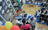 """Video: """"Nữ quái"""" trộm điện thoại tinh vi trong shop giày"""