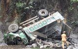 Xe tải chở xi măng đâm vào vách núi, tài xế thiệt mạng
