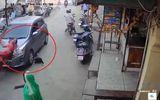Video: Hai mẹ con thoát chết diệu kỳ sau khi bị ô tô đâm trên phố