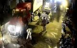 Xúc động hình ảnh chiến sĩ CSGT quét dầu nhớt trên quốc lộ lúc nửa đêm