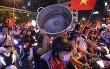 """Màn ăn mừng """"bá đạo"""" của người hâm mộ sau chiến thắng giòn giã của đội tuyển Việt Nam"""