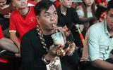 """CĐV """"sáng nhất"""" trận Việt Nam - Philippines: Đeo đầy vàng cùng 5 vệ sĩ ra phố cổ vũ đội tuyển Việt Nam"""