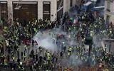 """8.000 cảnh sát Pháp xuống đường trấn áp đội quân """"áo vàng"""" biểu tình tại Paris"""