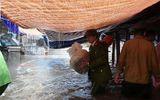 Nghệ An: Bộ đội, công an dầm mưa giúp dân bốc vác hàng hóa chạy ngập lụt