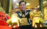 """Qua một đêm, chàng trai bán dầu ăn thành """"đại gia"""" đeo 13kg vàng đi cổ vũ đội tuyển Việt Nam"""
