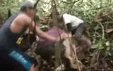 """Video: Rùng mình cảnh trăn """"khủng"""" siết chặt người"""