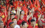 """Mưa lớn, cổ động viên Việt Nam vẫn có mặt đông đủ tại """"chảo lửa"""" Bukit Jalil"""