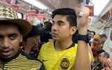 """Cư dân mạng """"tan chảy"""" nhìn bộ trưởng Malaysia đi tàu điện ngầm đến xem chung kết AFF Cup"""