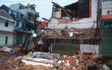 Nhà 2 tầng bất ngờ đổ sập lúc rạng sáng, 2 người thoát chết trong gang tấc