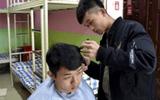 Nam sinh nổi tiếng vì mở salon tóc tại ký túc xá, muốn cắt phải hẹn trước vài ngày