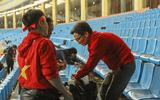 Hình ảnh Phó Thủ tướng Vũ Đức Đam dọn rác trên sân Mỹ Đình sau trận chung kết gây xúc động
