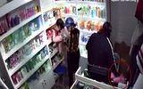 """Video: 2 """"nữ quái"""" dàn cảnh mở tủ lấy tiền khi nhân viên đứng cạnh"""