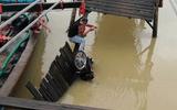 Sập cầu ở Nha Trang, 4 người rơi xuống sông