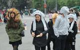 Người dân Hà Nội đổ ra đường vui chơi Tết Dương lịch bất chấp trời lạnh giá