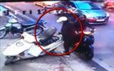 Video: Đôi nam nữ đi SH thản nhiên mở cốp xe trên vỉa hè, lấy trộm đồ ở Hà Nội