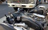 Ô tô tải cố vượt đèn vàng, tông liên tiếp 5 xe máy ở Sài Gòn