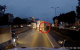 """Video: Bị té ngã sát xe tải, người phụ nữ """"thoát án tử"""" thần kỳ"""