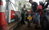 """Chỉ sau 1 đêm, giá xăng ở Zimbabwe tăng """"choáng váng"""" gấp hơn 2 lần"""