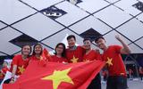 """""""Đại chiến"""" Việt Nam vs Nhật Bản: Cổ động viên """"nhuộm đỏ"""" SVĐ Al Maktoum"""