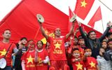 Video: Cổ động viên nhí hân hoan đón đội tuyển Việt Nam về nước