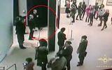 """Tên trộm liều lĩnh """"điềm tĩnh"""" đánh cắp bức tranh cổ trước mắt khách tham quan bảo tàng"""