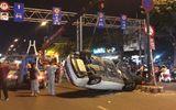TP.HCM: Tài xế nồng nặc mùi rượu, đâm ô tô vào biển báo lật ngửa giữa đường