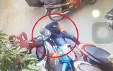 Video: 2 thanh niên bẻ khóa trộm xe máy trong tích tắc ở Sài Gòn