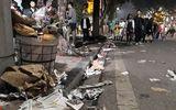Rác ngập tràn trên nhiều tuyến phố ở Hà Nội, TP.HCM sau đêm giao thừa