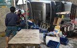 Xe container lật ngửa phi vào nhà dân khi ôm cua, tài xế gãy xương bả vai