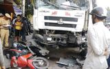 Xe tải vượt ẩu, húc 1 ô tô, cuốn 3 xe máy vào gầm