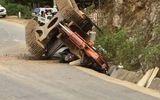 Hy hữu: Máy xúc bất ngờ văng khỏi thùng ôtô tải, đè chết người đi đường