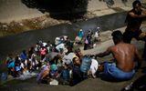 Xót xa cảnh người dân Venezuela đổ xô đi hứng nước cống về dùng do mất diện kéo dài