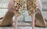 """Cô dâu """"khóc như mưa"""" khi thấy lời nhắn bí ẩn của người mẹ quá cố giấu dưới đôi giày"""