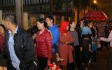 Hàng trăm người dân Bắc Ninh đội mưa, xếp hàng từ quá nửa đêm để chờ xét nghiệm sán lợn